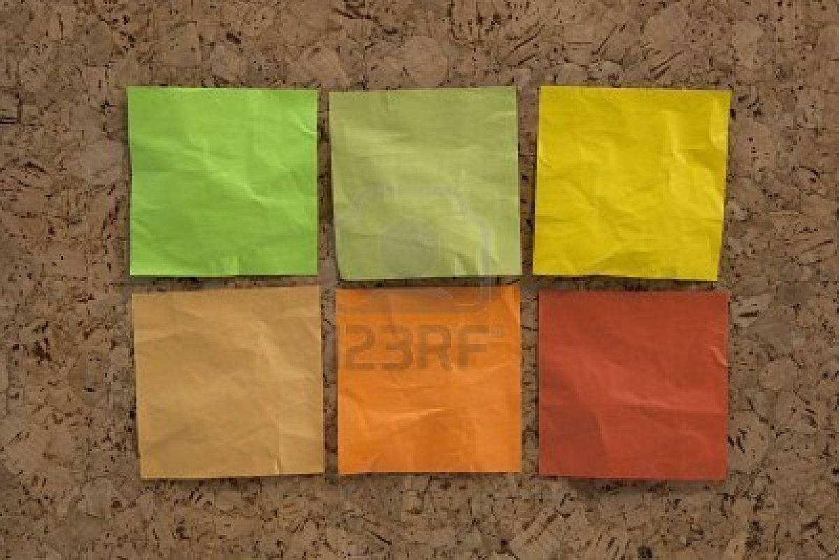 5668581-seis-en-blanco-notas-pegajosas-arrugados-en-colores-tierra-verde-marr-n-amarillo-en-un-tabl-n-de-anu