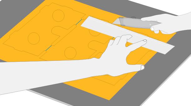 Con cuchillo cartonero recortar sólo las líneas negras de las plantillas,  las azules indican dónde hay que hacer posteriormente los pliegues.