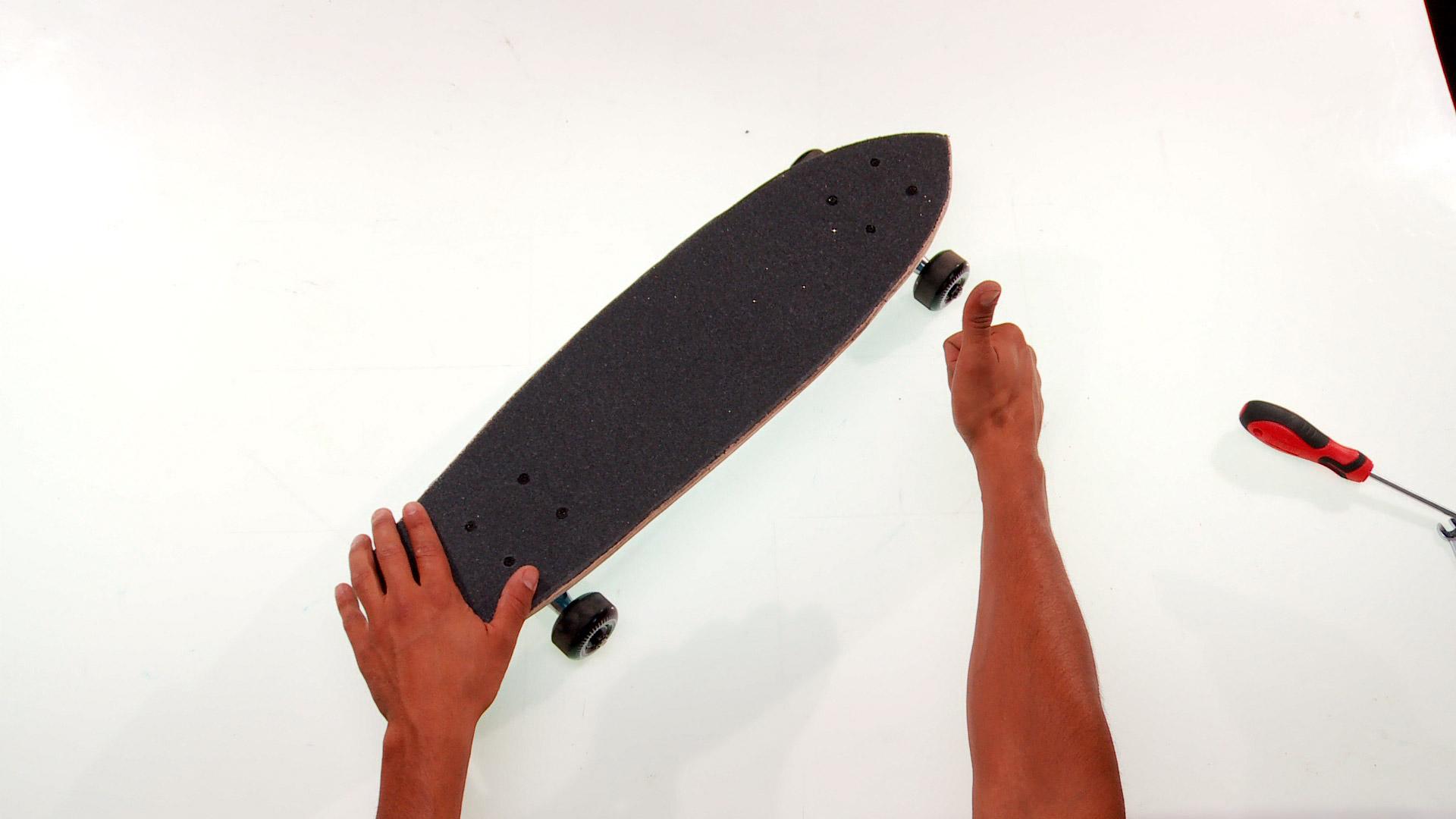 A comienzos de la década de 1940 nace el skatebording como sustituto en tierra del surf. Partiendo con unas ruedas de patines y una tabla, esta variación del surfing cuenta con más de 40,5 millones de skaters en todo el mundo. ¿Quieres ser uno de ellos? Aquí enseñaremos cómo modificar una tabla grande y vieja para que tenga mayor maniobrabilidad y puedas hacer grandes trucos.   VER PLANTILLAS EN EL PDF