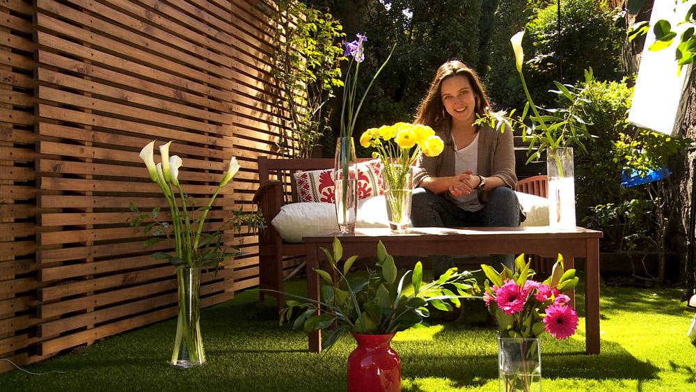 Al llegar la primavera el jardín se invade de flores. La temperatura empieza a aumentar, las plantas que estaban inactivas en invierno, se activan estimulando el crecimiento de nuevas flores. Lo ideal es aprovechar esta floración llevándola al interior de la casa en floreros y otras decoraciones.