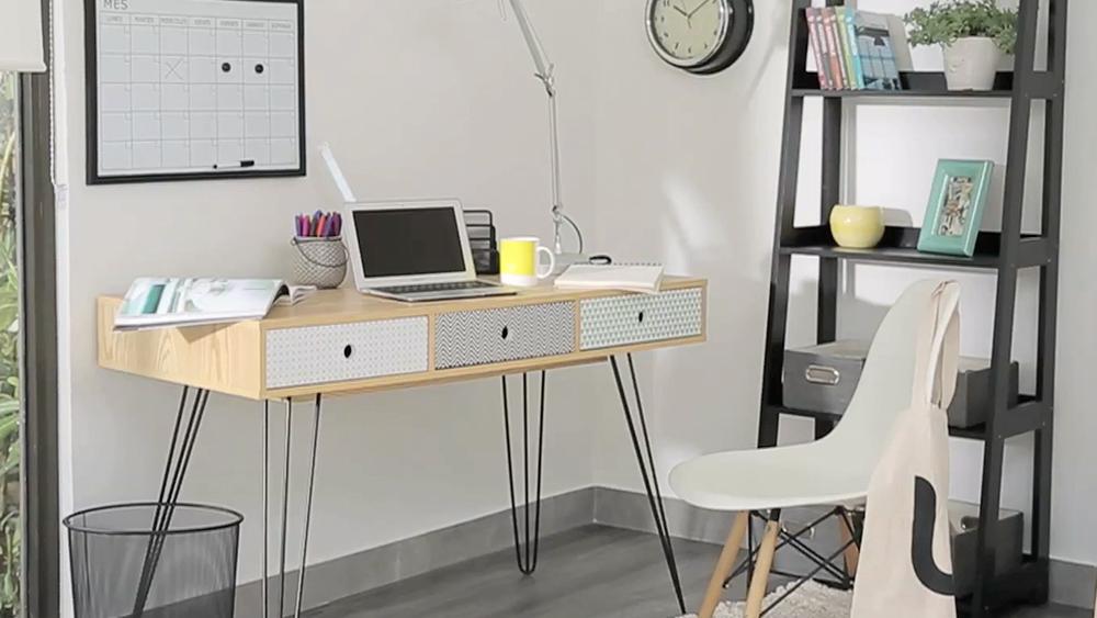 Este escritorio armable destaca por sus líneas simples y por su poco peso estético es perfecto para no recargar espacios pequeños. Viene en un portable embalaje y siguiendo las instrucciones de su manual de armado, puede lucir perfecto en su casa. El armado de este escritorio puede funcionar como referencia para otros modelos similares.