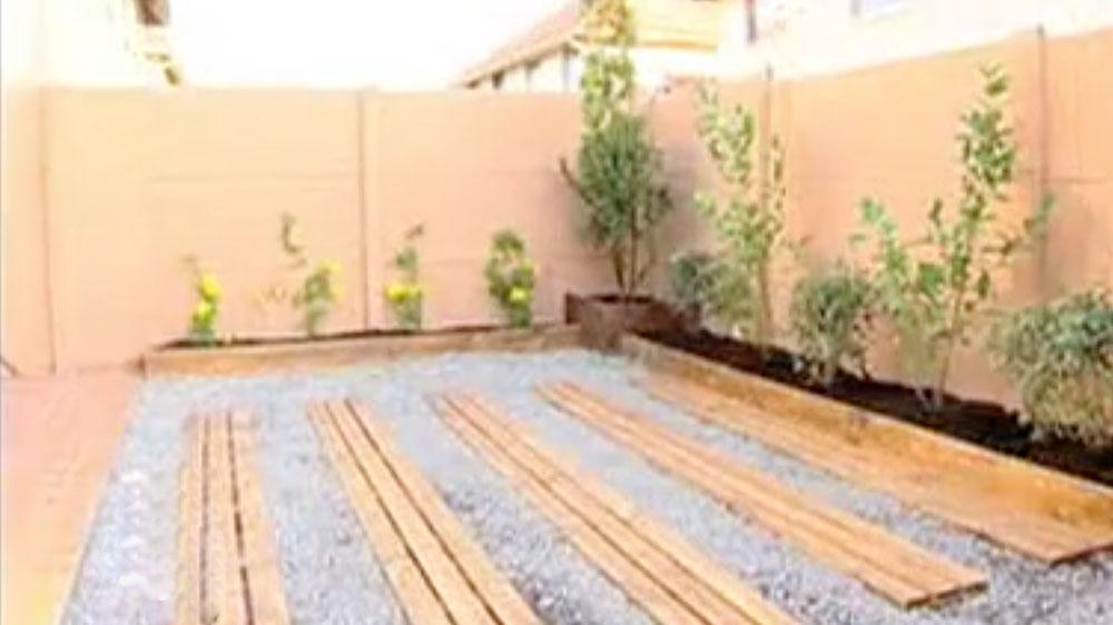 Tener un jardín no sólo se trata de sembrar césped, y poner algunas plantas. Los elementos, las especies que se planten y los materiales que se eligen deben estar en función de variables cómo la zona geográfica, el sol, quiénes usarán el jardín y por supuesto el presupuesto que se dispone. En este proyecto trabajaremos en un jardín completamente vacío, y daremos varias ideas económicas para armar este espacio al aire libre.