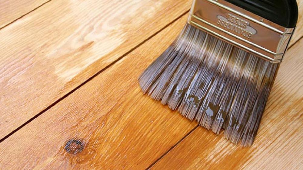 Para calcular la pintura, hay que saber que el tipo y estado de la superficie a pintar influya en la cantidad que se va a necesitar. Muros de yeso, por ejemplo, requieren de más cantidad, ya que se trata de materiales porosos muy absorbentes. Al igual que si la superficie es muy irregular (ej: ladrillo). Por el contrario, si la pared ya está pintada, requerirá menos pintura.