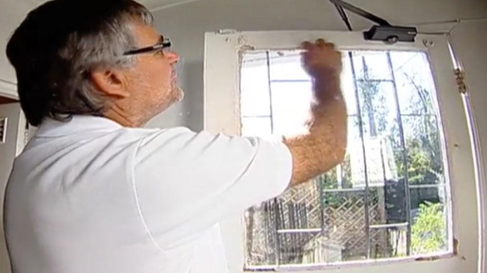 Las ventanas cumplen varias funciones muy útiles en una casa, no sólo permiten la entrada de luz, también tienen la capacidad de aislar del frío y ruido, pero cuando el vidrio está suelto no puede lograr una buena aislación por lo que hay que revisarlo y solucionar el origen del problema.