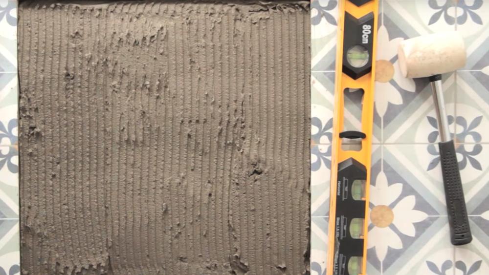 Las cerámicas de muro y piso son un revestimiento muy duro y resistente, pero muchas veces por el desgaste, un golpe o tratar de atornillar una fijación se pueden romper. No es necesario reemplazar toda la zona de cerámicos, con cuidado y los materiales adecuados podemos cambiar solamente el dañado y así mejorar el aspecto de esos cerámicos quebrados.