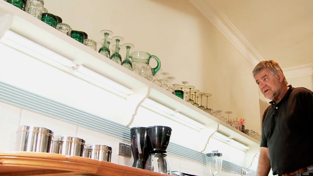 En general las cocinas tienen el problema de que la iluminación que llega a los mesones es muy poca, esto porque como la luz viene de arriba y del centro, al trabajar se le da la espalda y genera sombra en la mesa de trabajo. La solución es que la iluminación salga por debajo de las repisas que están sobre el mesón y puedan iluminar correctamente la superficie.