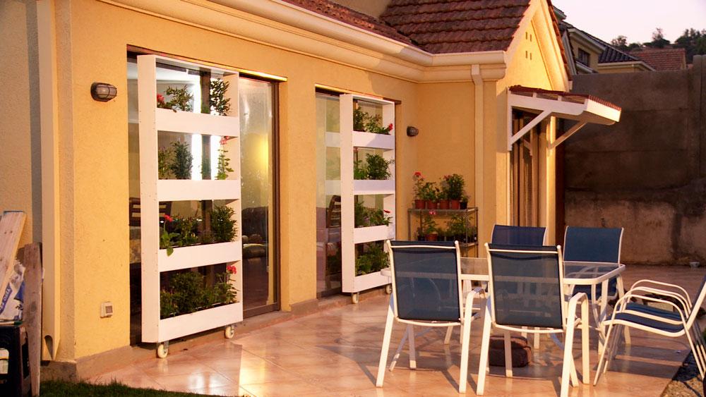 En la época de verano nos damos de cuenta de la importancia de controlar el sol que entra a la casa por las ventanas y de qué manera nuestros espacios se enfrentan a la luz solar.Por eso en este proyecto mostraremos 2 maneras de evitar la entrada del sol por las ventanas: un alero y una jardinera que cubra un ventanal.