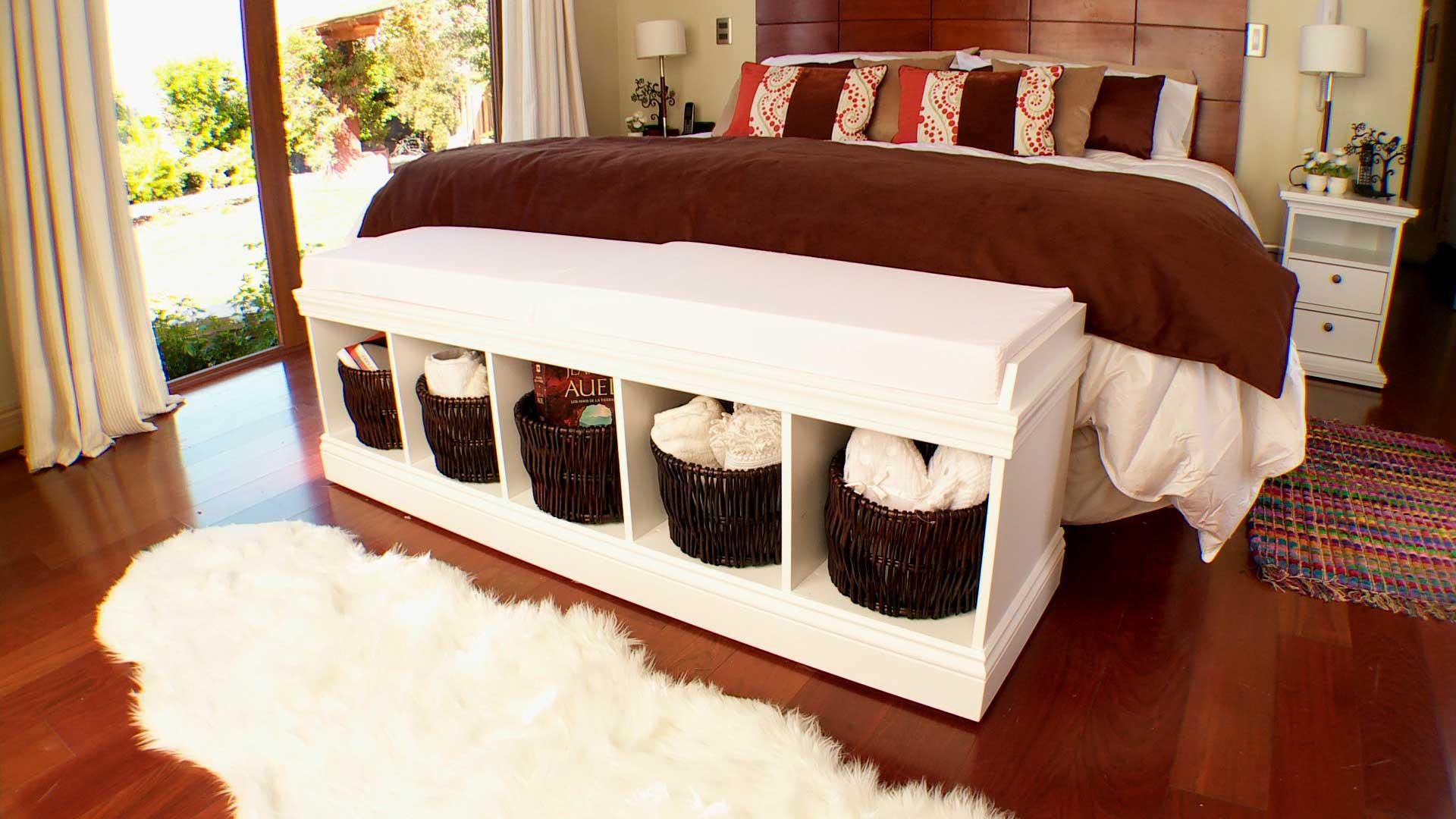 En este proyecto se busca hacer más cómodo y práctico el dormitorio, con un estante tipo banqueta que sirva para sentarse, vestirse y guardar cosas que debemos tener a la mano en el dormitorio. Este mueble va a los pies de la cama, es muy sencillo pero funcional.