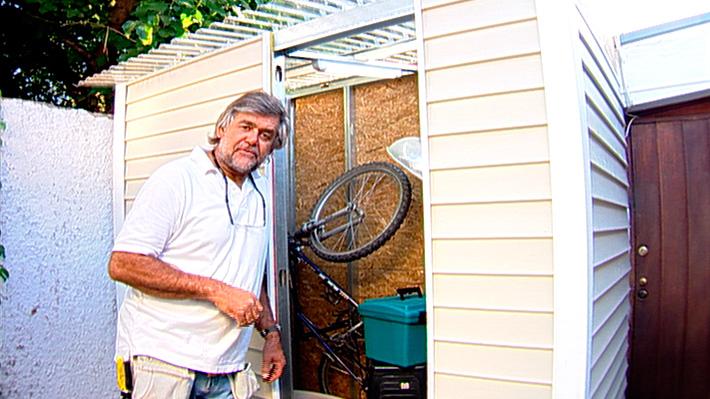 Por lo general, es muy necesario tener una bodega en casa. Un lugar donde guardar herramientas, ropa y artículos fuera de temporada, bicicletas, aspiradoras o cualquier objeto que necesitemos mantener ordenado y fuera de la casa. No se requiere tener un gran terreno para montar una bodega que cumpla con esta función, basta un patio o estacionamiento donde podamos utilizar un muro de apoyo. Este proyecto se trata de una bodega de un agua con medidas de 1,2 mt. de profundidad x 2 mts. de largo x 2,2 mts. de altura.
