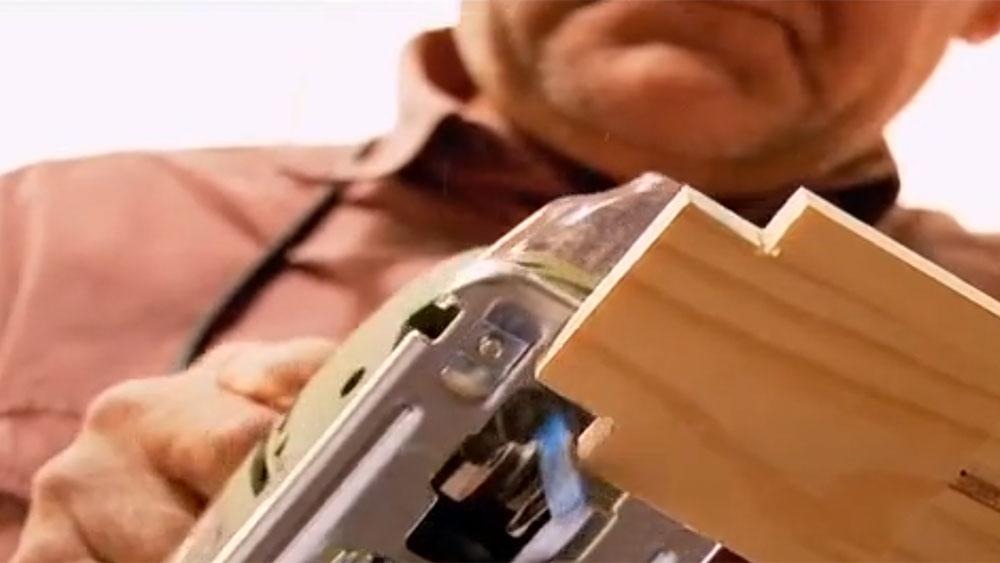 En este proyecto trabajaremos a medias con un tornero, un maestro que ocupa el torno para tallar y dar formas a la madera. Nosotros haremos la cubierta de una mesa de comedor, y él con toda su experiencia en el oficio nos hará las patas torneadas.