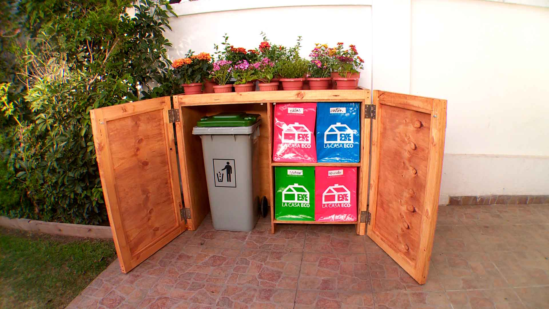 En este proyecto construiremos una estación para basura y reciclaje la que tiene por objetivo hacer más práctica y funcional la tarea de separar y guardar l a basura hasta que pase el camión recolector. Por lo general las personas botamos grandes cantidades de basura, que por un lado obliga al camión recolector a pasar cada vez más seguido y también llenan los vertederos de desechos que se podrían reciclar o usar en una compostera.