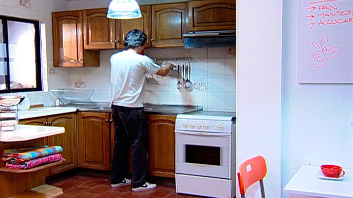 Preocuparse de la optimización del espacio es una labor muy importante para la comodidad de la casa. Ya sea en la cocina, un dormitorio o, incluso, en el pasillo puede ser necesario una mesa abatible que se mantenga pegada al muro mientras no se usa, y sólo cuando necesitemos tomar desayuno, hacer una tarea o planchar se abre para tener una superficie firme y cómoda.