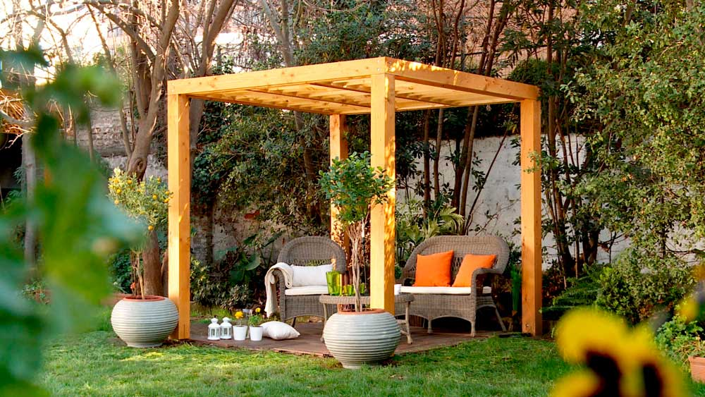 Una pérgola es por esencia un refugio, que en conjunto con especies trepadoras que crecen por su estructura, sirve para dar sombra y una pausa en el recorrido por un jardín o patio.