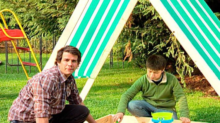 Cuando el buen tiempo lo permite no hay nada mejor para los niños que jugar en el exterior. Ya sea en un patio o jardín se puede tener un pozo, foso o cajón con arena, un lugar donde los niños pueden saltar, jugar con palas, baldes y ensuciarse como a ellos tanto les gusta. Pero en el exterior se corre el riesgo de insolación, sobre todo si pasan muchas horas jugando en el arenero, por eso además a este proyecto le agregaremos un techo, una estructura de tablas que asemeja una carpa para poder generar sombra y protegerse del sol.