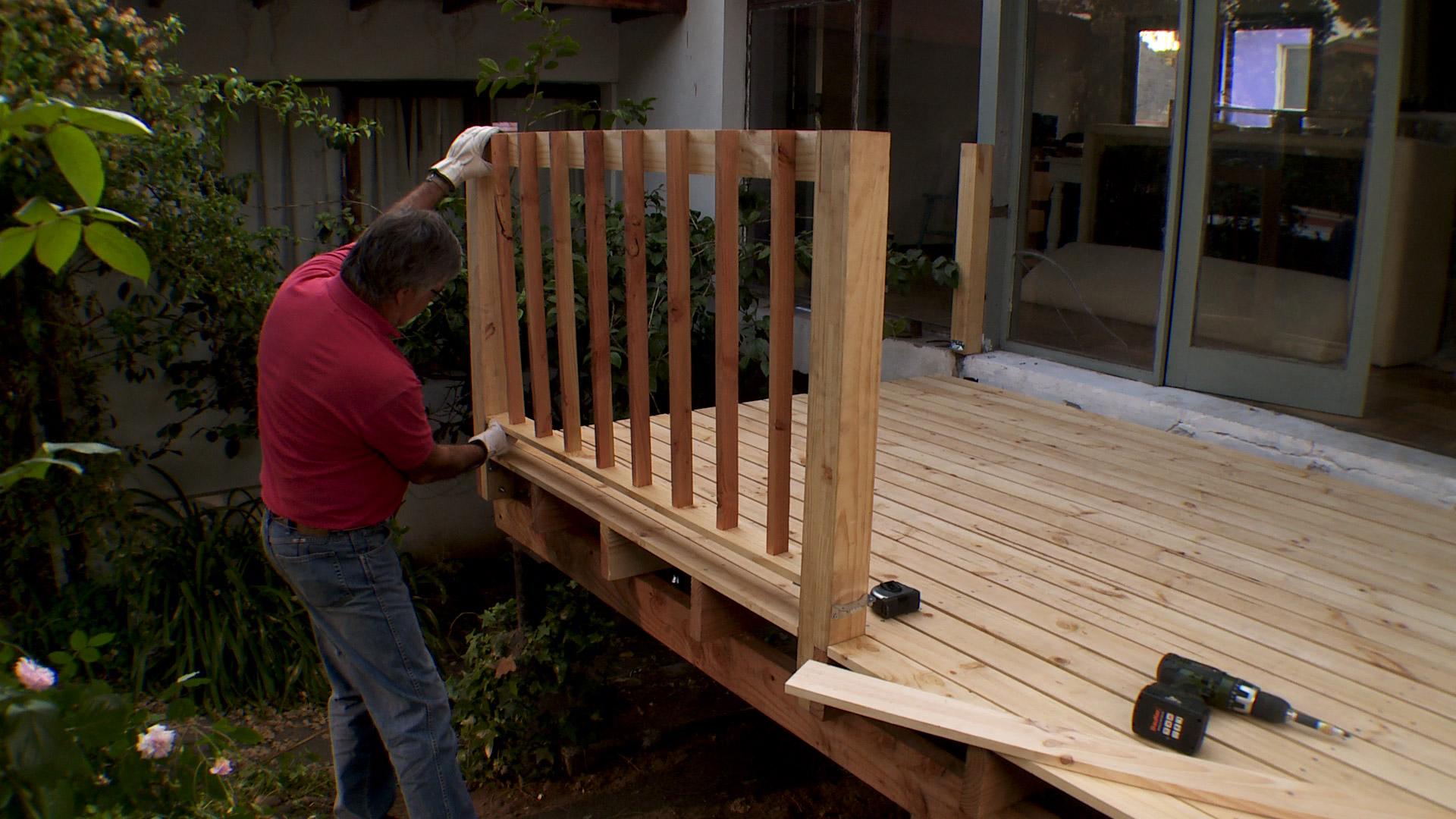 Los deck pueden tener diferentes alturas, en este caso haremos uno elevado para hacerlo coincidir con la salida de una ventana, para formar un espacio acogedor y aprovecharlo como terraza.