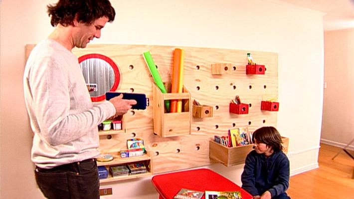 Hay ciertos lugares de la casa que se caracterizan por ser más desordenados o necesitar más espacio para almacenar u organizar el espacio. Es el caso de la pieza de un niño, una sala de juegos, un living, taller o escritorio. Para optimizar el lugar y aprovechar los muros en función del orden se puede crear un panel donde colgar los accesorios y contenedores de almacenamiento.