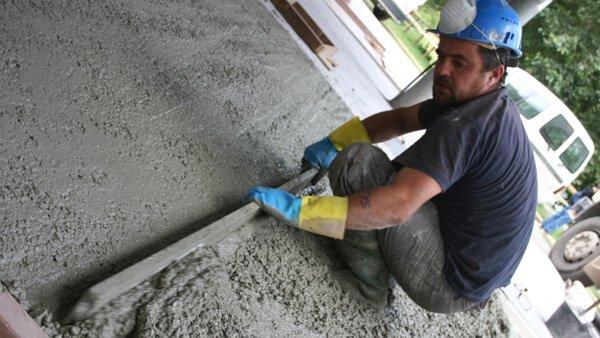 Una muy buena opción para rescatar y nivelar un patio, es construir una losa de cemento, o radier, que permita después ponerle algún revestimiento o vitrificarlo, de manera que nos quede una bonita terraza. Además, si estamos pensando en hacer una ampliación, el radier es el primer paso de cualquier construcción.