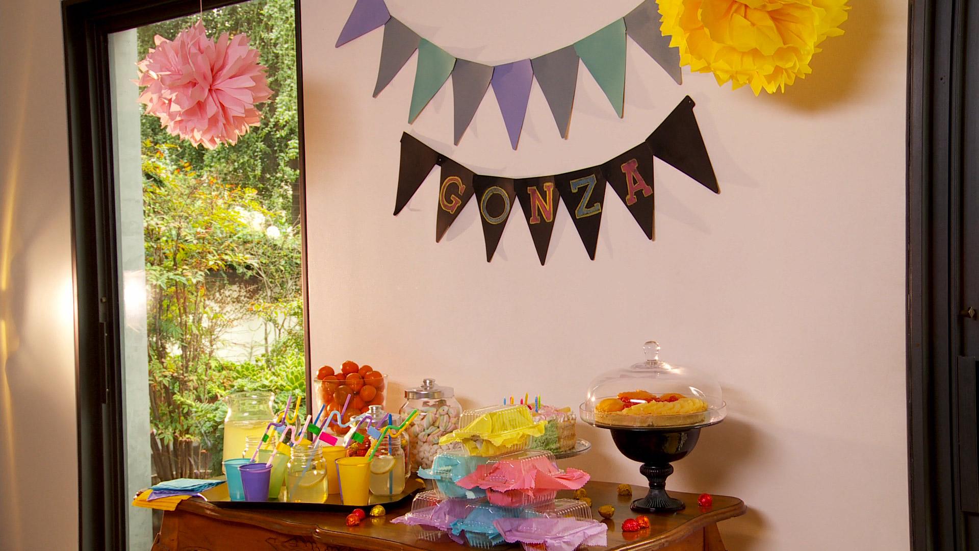 Cuando nos toca hacer la decoración para un cumpleaños, no es necesario complicarse ni buscar accesorios rebuscados, con simples elementos, que incluso pueden ser reciclados se puede armar un buen cumpleaños.