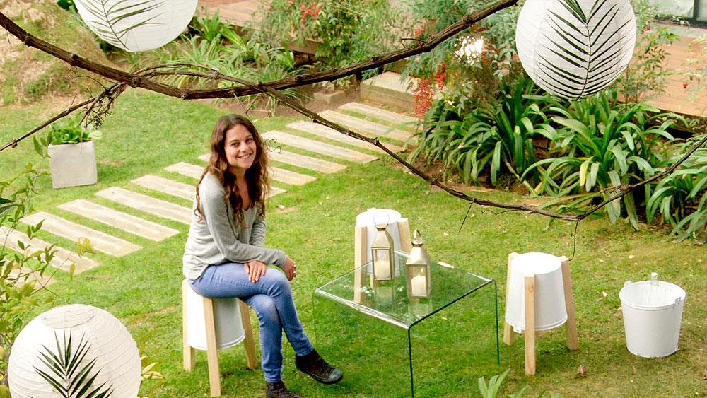 En el exterior, ya sea un patio, jardín o terraza, se puede crear una acogedora zona de estar, con elementos sencillos y muy asequibles. Se trata de generar un entorno agradable y cómodo para aprovechar los días con buena temperatura.