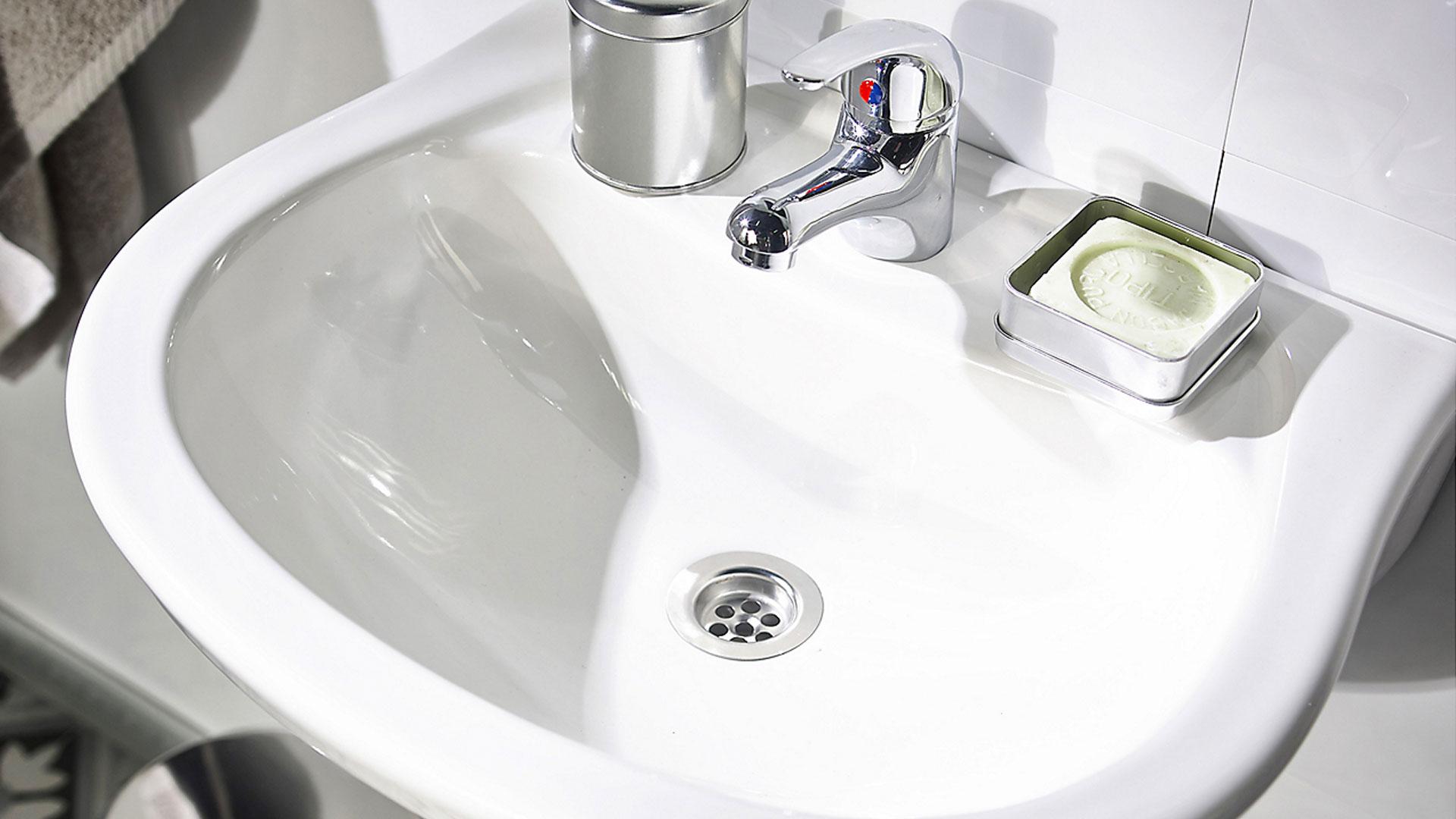 Hay diversas formas de destapar un lavatorio o lavamanos de forma efectiva, y que debieran resolver este problema tan común, sin necesidad de llamar a un gásfiter. Puede ser que sea necesario simplemente un sopapo, o que haya que recurrir a herramientas más especializadas.