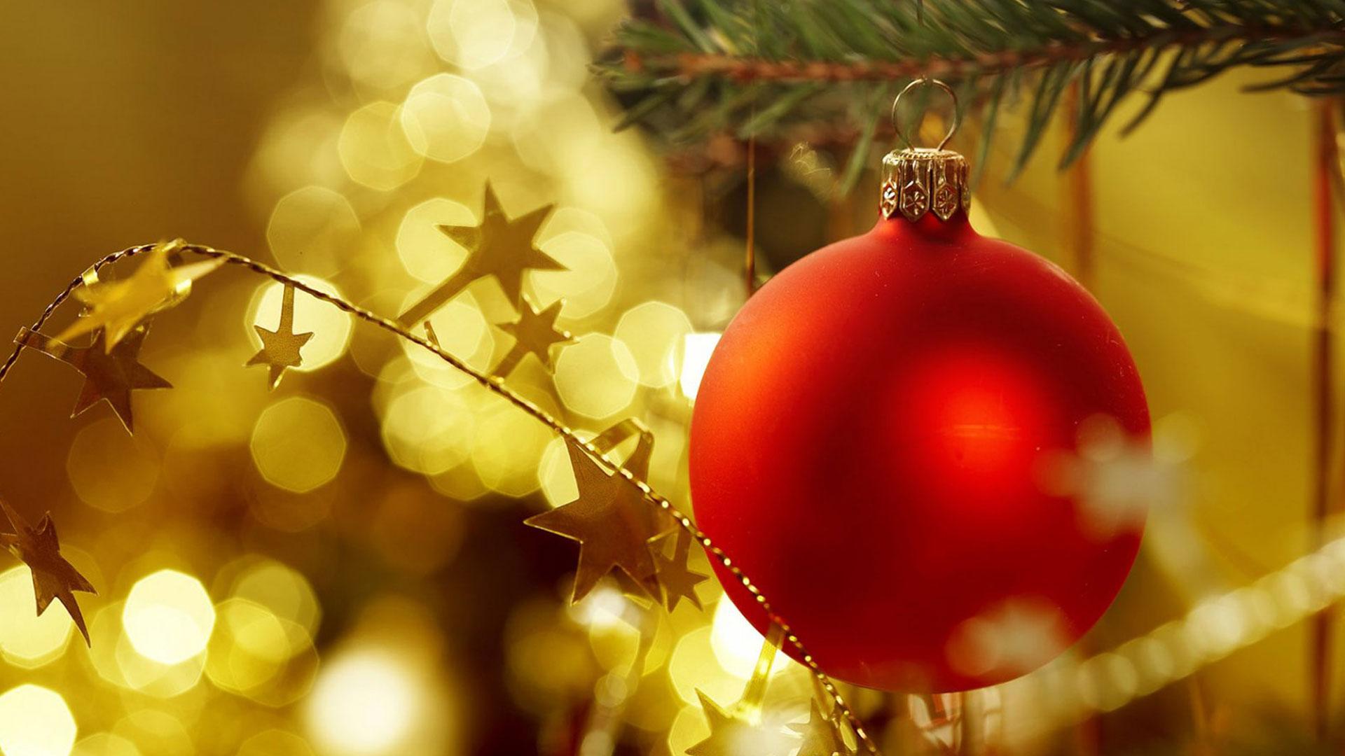 La decoración navideña está en gran parte concentrada en el árbol o pino de Navidad, en él se trata de reunir los símbolos e íconos de esta fiesta. Por un lado la alegría de los colores, las luces, figuras religiosas y otras más relacionadas con la costumbre de los regalos y el Viejo Pascuero. Elegir un pino, saber cómo poner las luces y cómo adornarlo son tareas no menos importantes si tomamos en cuenta que será una decoración que estará aproximadamente un mes en la casa y puede aburrirnos rápidamente o desentonar con el resto del hogar.