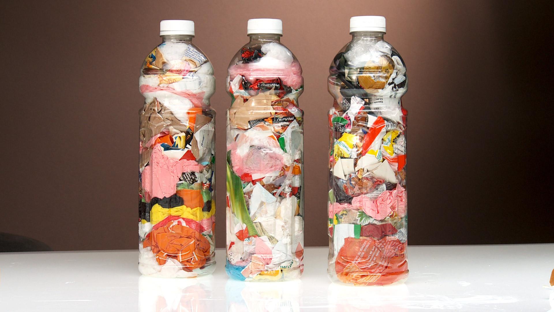 Un Ecoladrillo es una botella plástica rellena con otros desechos plásticos, que gracias a sus propiedades aislantes, y agrupados pueden ser parte de construcciones ecológicas. Un Ecoladrillo puede contener un volumen de residuos que fuera de la botella podría ocupar hasta 8 veces su tamaño, entonces al fabricarlos y utilizarlos estamos disminuyendo la basura del planeta.