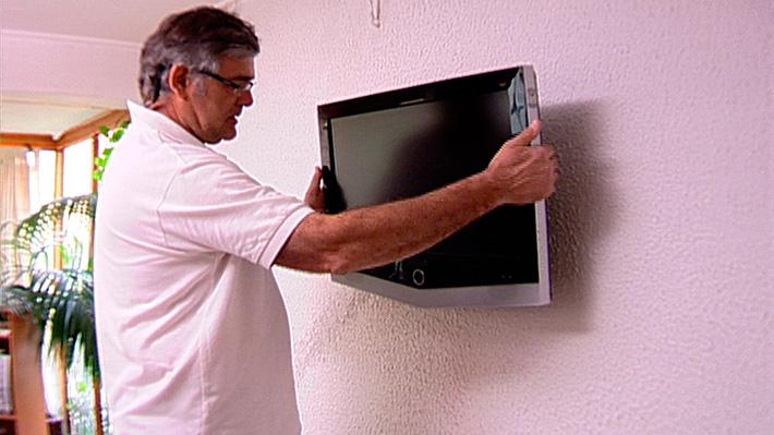 Los televisores plasma o LCD optimizan mucho espacio en las habitaciones si se instalan en los muros, ya que no se necesitaría una mesa donde pararlos. Es una solución que, además, hace más cómoda la vista hacia la pantalla ya que se puede dejar a una altura mayor que las que generalmente tienen las mesas o rack de televisión.