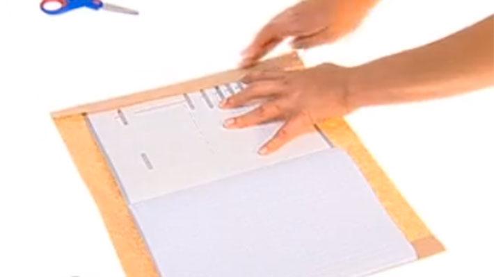 Con creatividad podemos hacer que la vuelta a clases no sea tan aburrida. Con los cuadernos nuevos, algunos forros plásticos y papeles de colores se pueden personalizar según la asignatura. No dejes que tu papás hagan este trabajo, hazlo como a ti te guste, porque eres tú quien tendrá que estudiar con ellos.