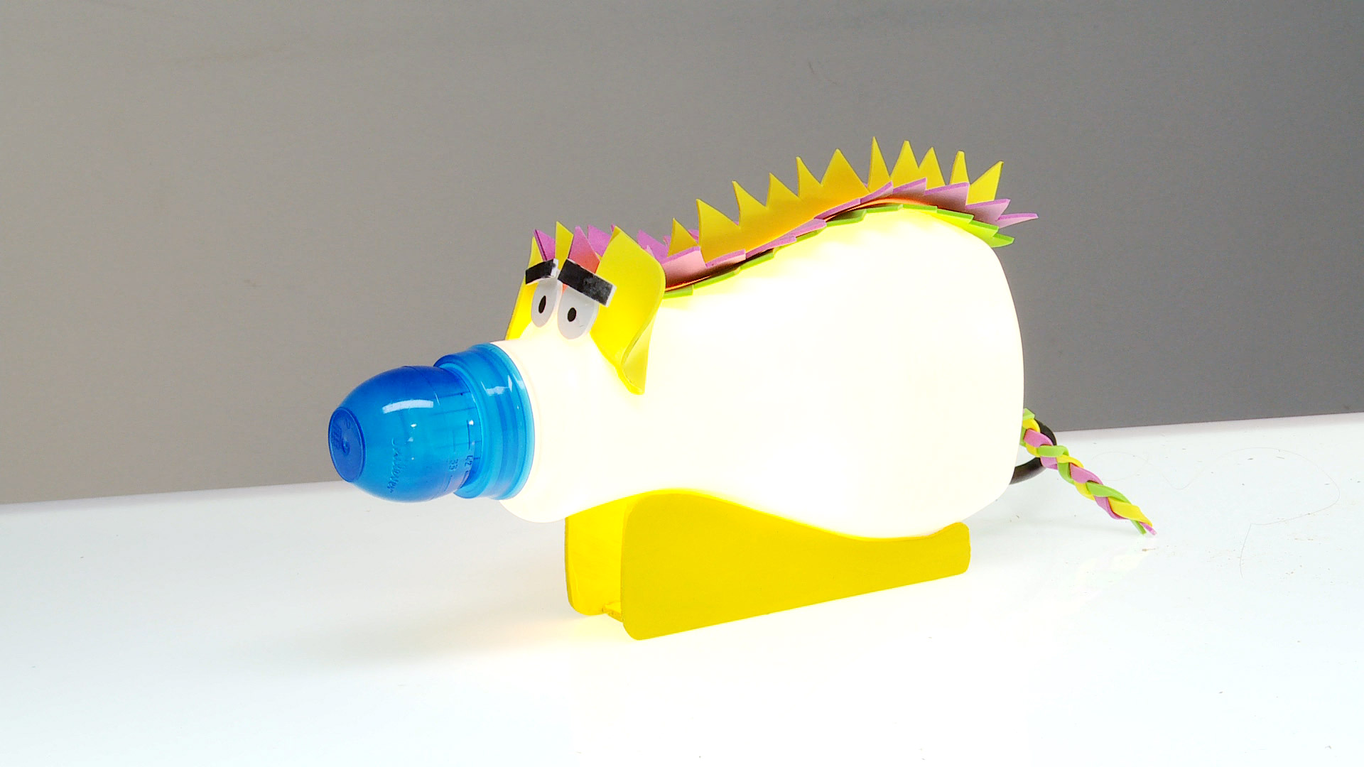 Con envases de plástico que no usemos, podemos hacer figuras de animales, sólo tenemos que decorarlos con goma eva para darles un aspecto animalístico, lo importante es hacer funcionar la imaginación. Se pueden hacer varios de estos animales y coleccionarlos, o también darles otro uso, por ejemplo como pantalla de luz.