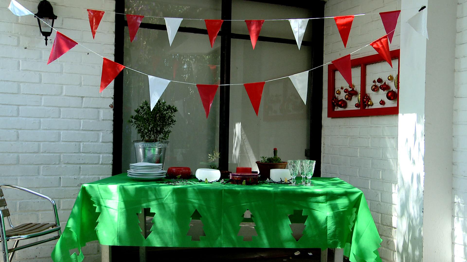 La decoración de una fiesta importante como el cumpleaños, la Navidad o fin de año puede estar a cargo de los niños, ya que con este proyecto les mostraremos cómo hacer manteles rectangulares con diseños y banderines para colgar como guirnaldas.