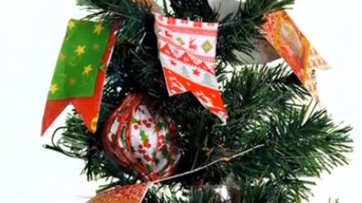Si nos gustan las manualidades o queremos que nuestros niños participen realizando la decoración para la Navidad, podemos hacerlo con materiales muy simple, como servilletas con diseños, cintas de género o papel de regalo. Con ellos podemos armar bolas para colgar en el pino, o desde una ventana, y también hacer guirnaldas que pueden ir entre medio del follaje de un árbol o pegadas en un muro.
