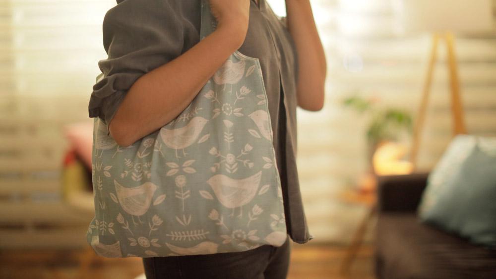 ¡Haz tus propias bolsas ecológicas!. Aprende a hacer una ECO bolsa plegable para llevarla cuandovas de compras o reutiliza una polera ycrea una de tamaño perfect para llevar pocas cosas de una manera muy cómoda.