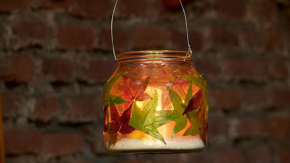 El otoño es conocido por la belleza de los tonos amarillos y marrones de las hojas secas de los árboles, las que en este proyecto aprovecharemos para hacer candelabros con frascos de vidrio.