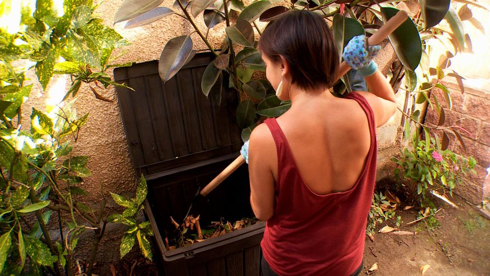 El compost es un tipo de sustrato que almacena nutrientes en el suelo y aumenta su porosidad, permeabilidad y capacidad de retención de agua. Es humus obtenido de manera acelerada, ya que es materia orgánica en descomposición, que se puede obtener a partir de los residuos del jardín y la cocina.