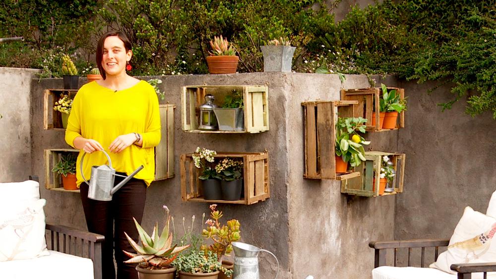 Una buena manera de exponer las plantas en una terraza o jardín es con estantes en los muros, que funcionen como portamaceteros. En este proyecto enseñaremos a hacer unos reciclando cajones de frutas, a los que les aplicaremos una terminación oxidada para que se vean envejecidos.