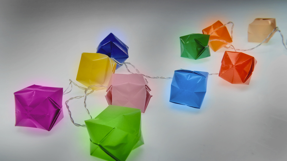 En este proyecto enseñaremos a decorar una guirnalda de luz LED con figuras de papel, que se hacen con la técnica de origami. Al final el resultado son luces de colores, ideales para ambientar una terraza techada. La guirnalda que se usa como base debe ser de luces LED ya que no se calienta.