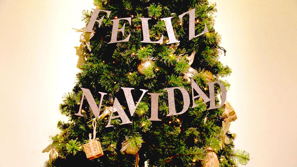 Las guirnaldas son los adornos más utilizados para decorar un árbol navideño, pero podemos hacer una diferente, si las hacemos con letras, y que mejor escribiendo un deseo que nos representa a todos: FELIZ NAVIDAD.