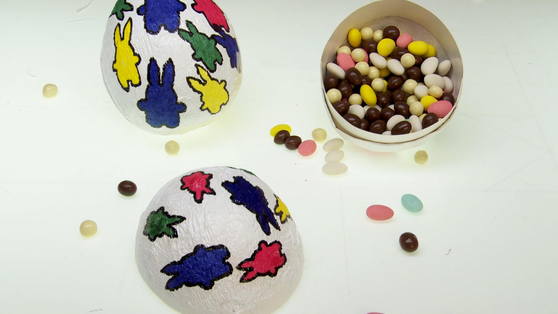 Para la Pascua es buena idea hacer nuestros propios huevos, donde podamos guardar los de chocolate, incluso sirven para decorar durante esta fiesta. Se pueden hacer de diferentes tamaño y motivos, ya que la forma y porte la da un globo inflado que se puede regular según la medida que queramos.