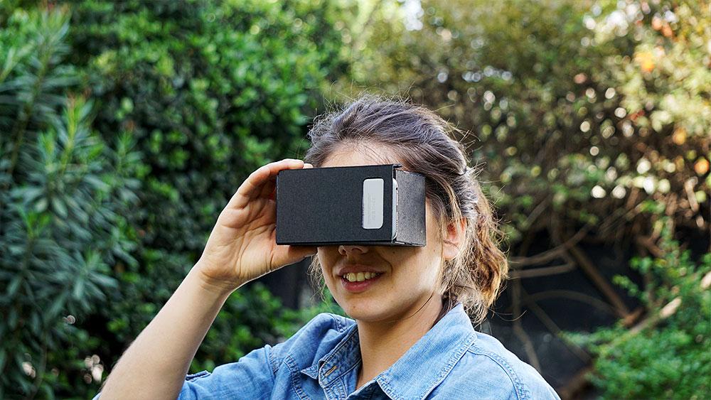 La realidad virtual es lograr que el usuario se sienta inmerso en un espacio logrado tecnológicamente, con escenas y objetos que tienen apariencia real, basándose en lo que percibimos por medio de la vista. Para lograr esto se han desarrollado lentes, visores o gafas que permiten sumergirse en esta realidad, y aplicaciones en el celular que permiten descargar videos para verlos de este modo. En este proyecto enseñaremos a hacer unos lentes de realidad virtual para que puedas ver estos videos que se descargan en el celular.