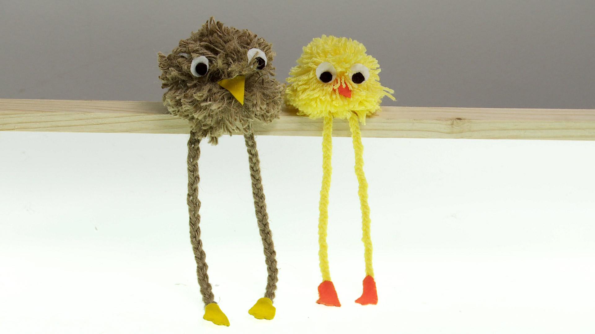 Con una cuerda deshilachada, lana o lienza de algodón podemos hacer un tradicional muñeco de pompón. Los pompones son bolas de lana, que tradicionalmente se usan para adornar chalecos o gorros, y que los niños hacen para formar figuras. En este caso haremos un pájaro.