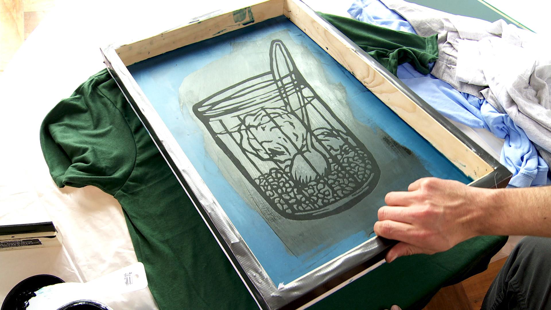 Para traspasar un dibujo o fotografía a una tela la técnica de serigrafía es muy buena, con una excelente terminación, además aprender a hacer serigrafía es muy útil porque se puede aplicar a otros usos.