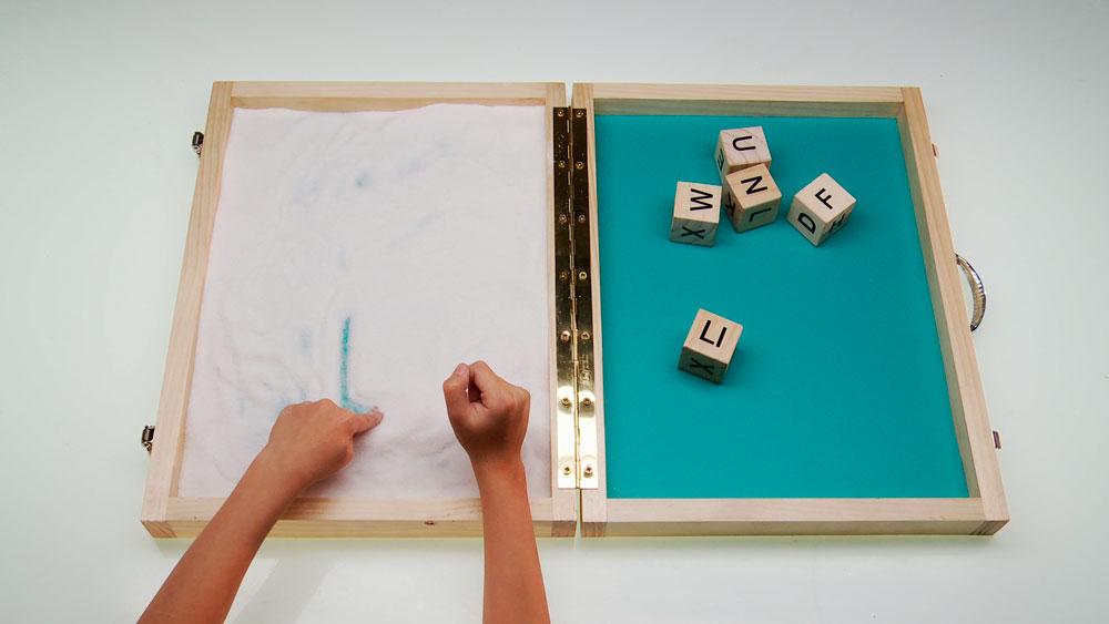 Para los que están aprendiendo a leer y escribir, enseñaremos a hacer un didáctico silabario de arena, una gran herramienta para ejercitar la lectura y escritura. Además es un juego con el que se pueden realizar divertidas competencias y desafíos.