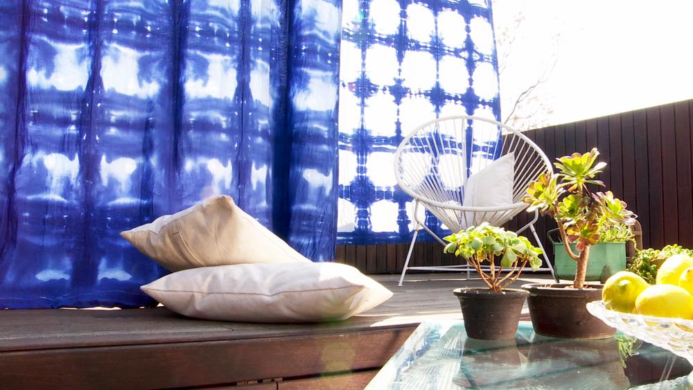 El shibori, que es el teñido con bloqueo, es una de las técnicas más antiguas para decorar tela . Se trata de limitar el paso de la pintura a través de nudos, atados y distintos obstáculos cuya utilización caprichosa, forma un juego entre el tinte y el tejido utilizado. Esta técnica depende no solamente del patrón deseado, sino de las características del género, que siempre debe ser de fibras naturales como algodón, lino o seda.