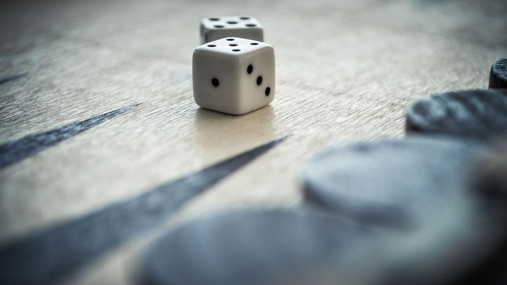Juegue, diviértase e invite a todos sus amigos para que juntos fabriquen y pinten su propio juego. Sólo se necesitan una vieja bandeja que ya no use, y pinturas. Podrá hacer muy fácilmente, y con sus propias manos, un entretenidísimo juego de salón llamado backgammon, un sencillo entretenimiento con profundos elementos estratégicos. No toma mucho tiempo aprender, aunque en ocasiones aparecen oscuras situaciones que requieren una cuidadosa interpretación de las reglas. Sólo anímese y hágalo.