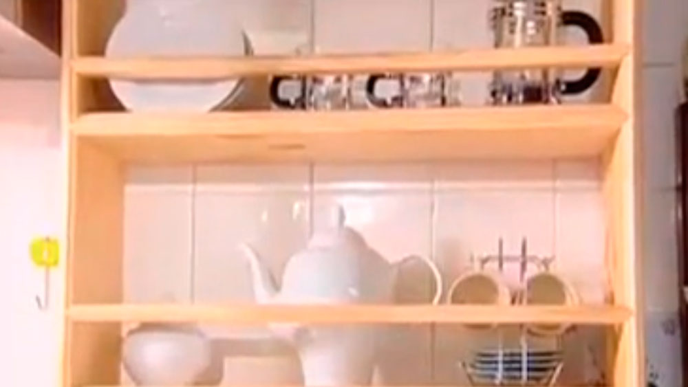 Una alacena es un mueble tipo mural que se usa en la cocina para guardar la loza o alimentos. El que se propone en este proyecto no tiene puertas, y es para guardar a la vista platos, tazas y/o vasos.