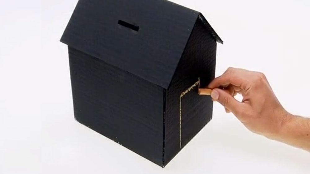 Para ahorrar dinero de una forma práctica y entretenida nos podemos hacer una alcancía con forma de casa y con paredes de pizarrón, así podremos dibujar y calcular sobre ella.