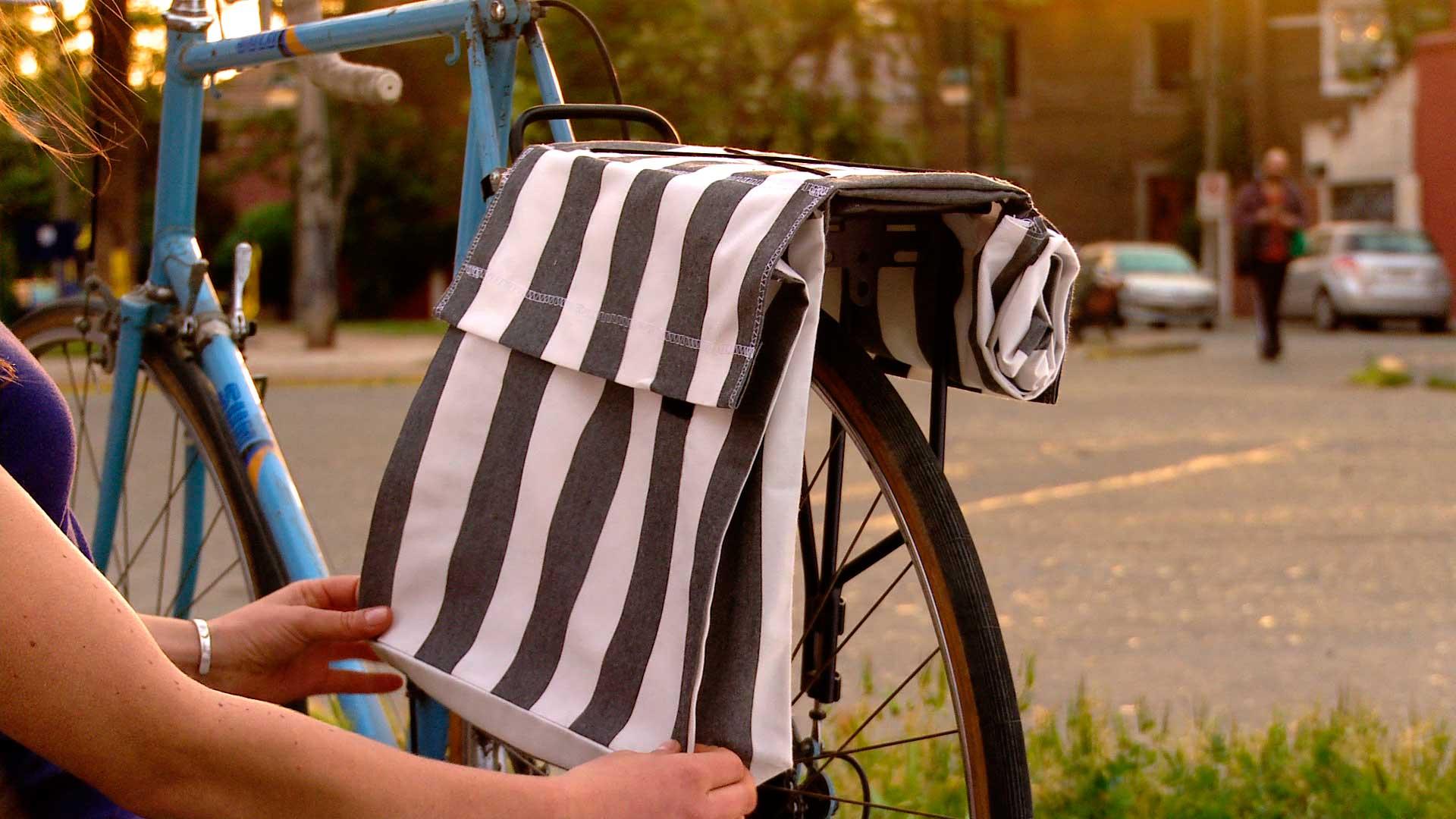 Los implementos para transportar carga en las bicicletas son tan antiguos como ellas. El más popular es el canasto, pero también se usan las correas o cajas para la parrilla, nosotros haremos una alforja. Esto permitirá descansar la espalda y no cargarla con peso que puede dañar la postura.