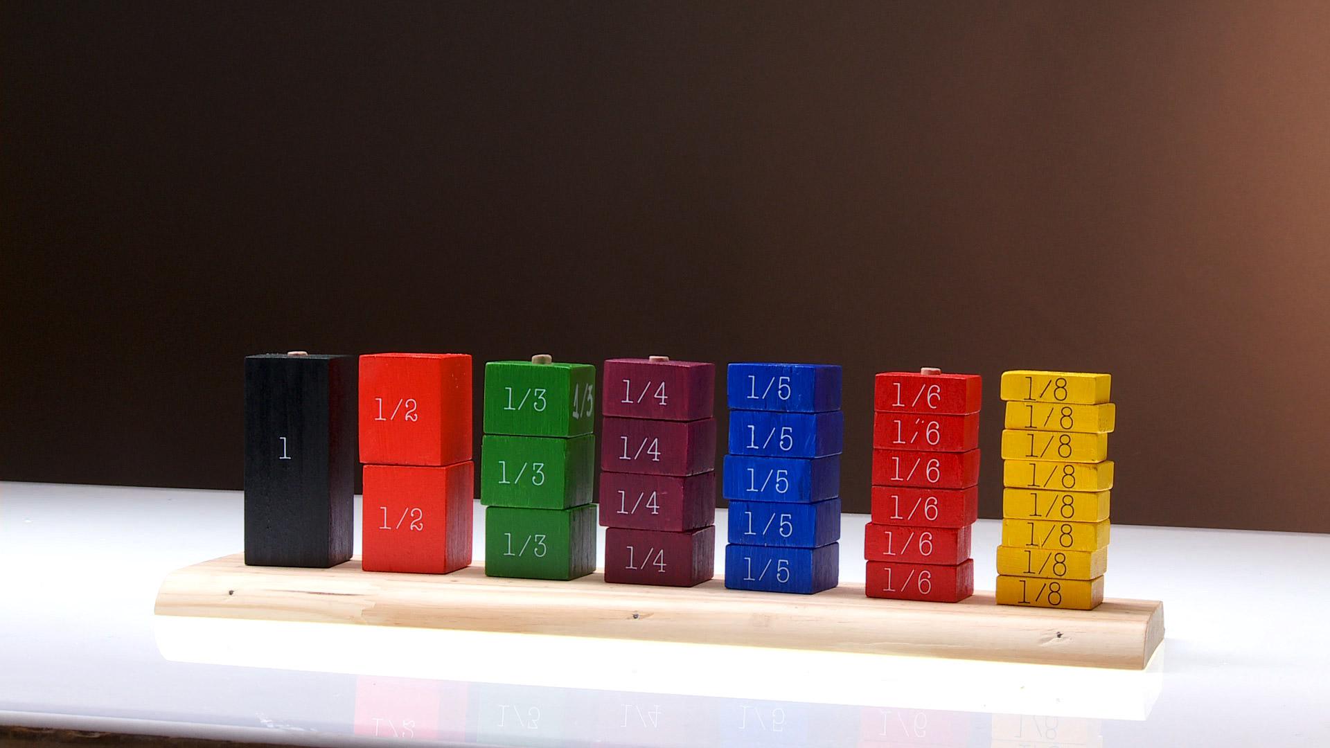 Los ábacos son herramientas para realizar operaciones matemáticas. Fueron las primeras calculadoras. son muy antiguos, de hecho los inventaron los mesopotámicos, hace 4 mil años. Su sistema consiste en elementos que representan números, los que se desplazan por barras según el cálculo que hagamos.