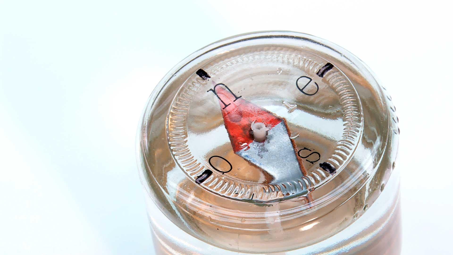 En este proyecto enseñamos a hacer una brújula, utilizando elemento muy simples, que podemos tener fácilmente en la casa. La brújula que haremos funciona dentro de un frasco con agua el cual se pone al revés. El agua le permite flotar aislado de cualquier otra superficie que pudiera desimantarla.