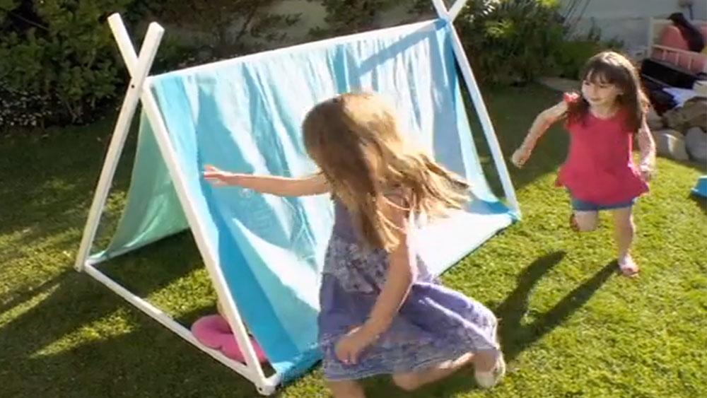 Regalarles a nuestros hijos un juguete hecho por nuestras propias manos es un recuerdo que mantendrán toda la vida, más si potenciamos lo que más les gusta hacer. En este proyecto haremos una carpa desarmable para que las niñas jueguen con sus muñecas en el patio sin preocuparse del sol.